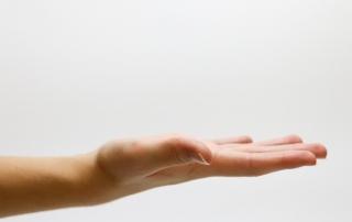 Na vnútornej strane zápästia sa nachádza úzky anatomický priechod, nazývaný karpálny tunel, ktorý je tvorený zápästnými kostičkami a väzivom. Týmto miestom prechádzajú šľachy ohýbačov prstov a nervus medianus, čo je stredový nerv, ktorý zabezpečuje jemnú motoriku prstov. V prípade zhrubnutia väzivových štruktúr dochádza k zatlačeniu a poškodeniu tohto nervu, pričom sa zhoršuje jeho cievne zásobenie. To následne vyvolá syndróm karpálneho tunela, ktorý má na svedomí rôzne nepríjemné a bolestivé príznaky.