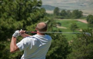 Z čoho vzniká golfový lakeť