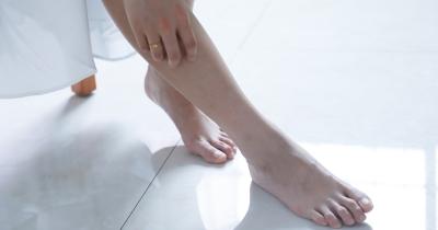 Puchnutie nôh: príčiny, riešenie a prevencia